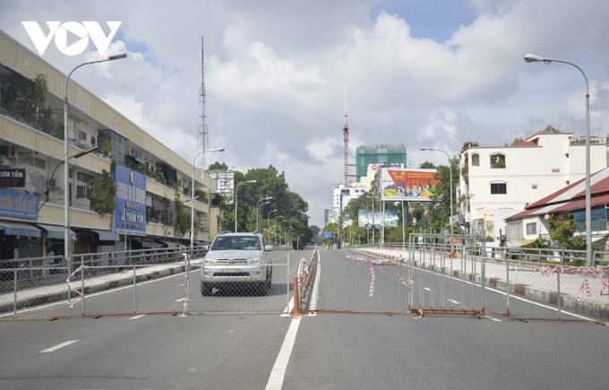 Cầu Thị Nghè nối quận Bình Thạnh và Quận 1 được dựng hàng rào chắn