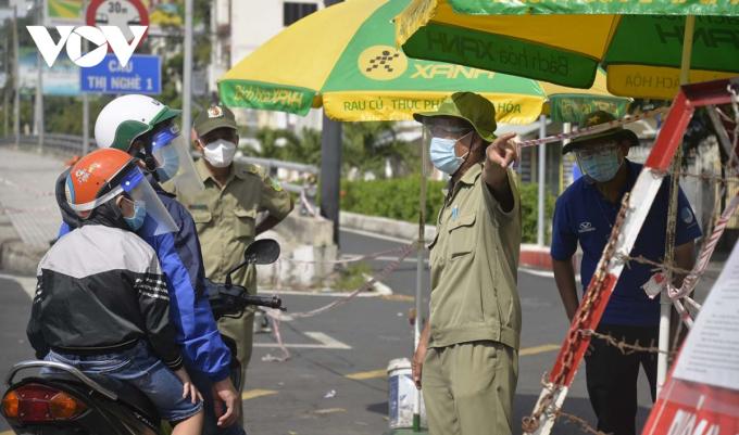 Nhiều người dân đi vào Quận 1 qua cầu Thị Nghè đã phải quay đầu ra Hàng Xanh để lên Vòng xoay Nguyễn Bỉnh Khiêm.
