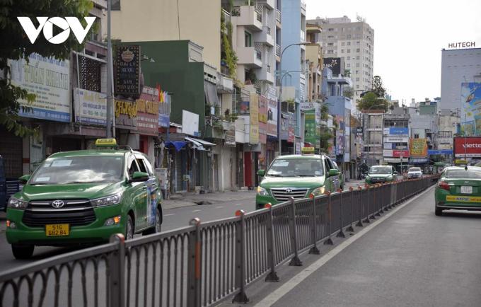 Xe taxi hoạt động phục vụ công tác phòng chống dịch.