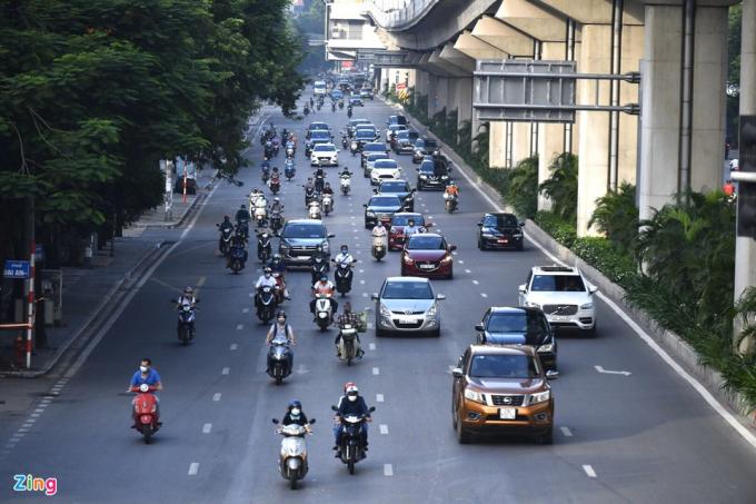 Mặc dù đang trong thời điểm thực hiện giãn cách xã hội, đường phố thủ đô chỉ thực sự vắng vẻ dịp cuối tuần. Vào ngày thường, lưu lượng xe cộ lại tăng lên, đặc biệt là giờ cao điểm. Hình ảnh tại đường Trần Phú, quận Hà Đông lúc 7h ngày 30/8.