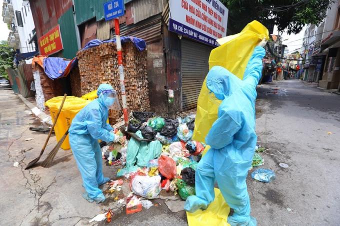 Tất cả các loại rác thải phát sinh trong khu phong tỏa phường Giáp Bát đều được coi là chất thải có nguy cơ lây nhiễm. (Ảnh: Hoàng Hiếu/TTXVN)