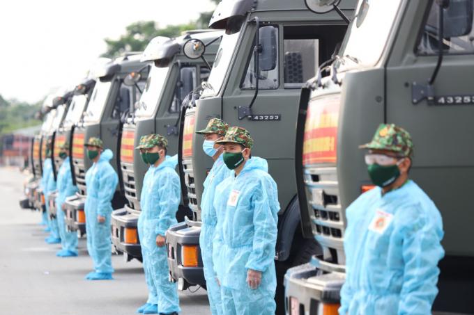 Đoàn xe chở 50 tấn rau, củ và 50.000 quả trứng của Quân khu 9 sẵn sàng lên đường hỗ trợ người dân TP.HCM chống dịch - Ảnh: CHÍ QUỐC