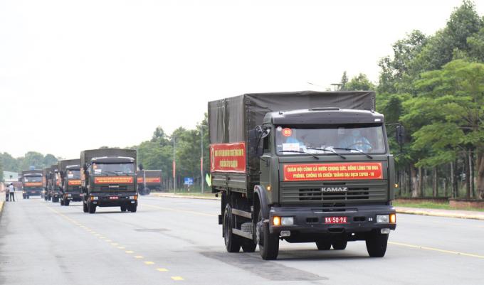 Quân khu 9 huy động đoàn xe chở 50 tấn rau, củ lên đường hỗ trợ người dân TP.HCM