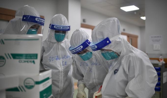 Mỗi nhân viên y tế tại bệnh viện dã chiến phải chăm sóc 140 - 150 bệnh nhân covid-19