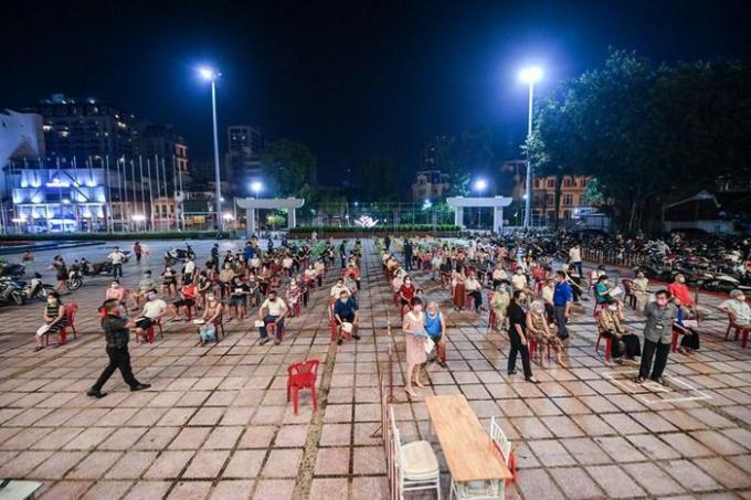Tối 9/9, hàng ngàn người dân trên địa bàn quận Hoàn Kiếm (Hà Nội) đã được tiêm vaccine. (Ảnh: PV/Vietnam+)