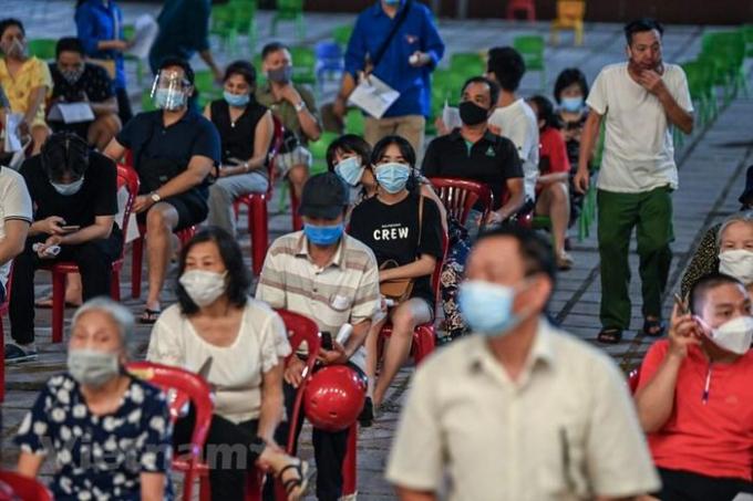 Để kịp hoàn thành tiêm vaccine cho 100% người dân trên địa bàn, quận Hoàn Kiếm đã tổ chức điểm tiêm đến đêm tại Cung Văn hóa Hữu nghị Việt Xô. (Ảnh: PV/Vietnam+)
