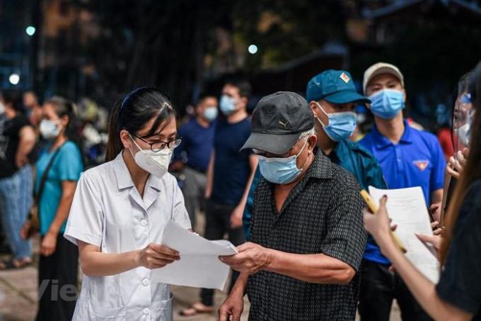 Hàng trăm cán bộ, nhân viên phục vụ cho gần 2.000 người dân trên địa bàn 3 phường Trần Hưng Đạo, Cửa Nam, Hàng Gai. (Ảnh: PV/Vietnam+)
