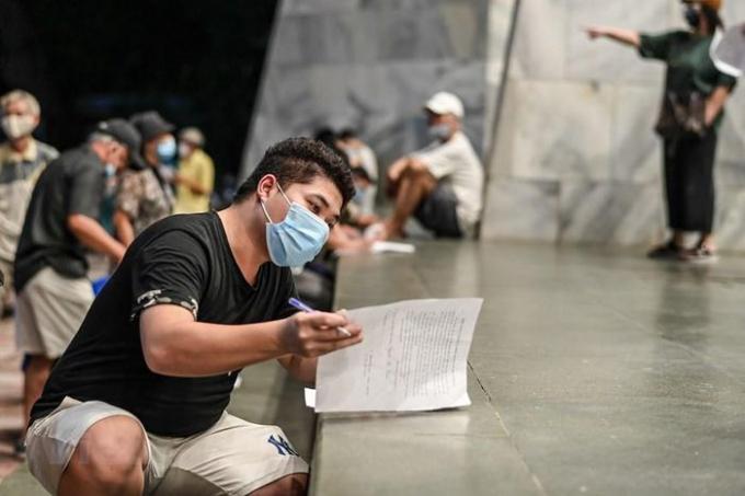 Người dân trên địa bàn quận Hoàn Kiếm đến điểm tiêm chủng theo các giờ khác nhau để đảm bảo an toàn. (Ảnh: PV/Vietnam+)