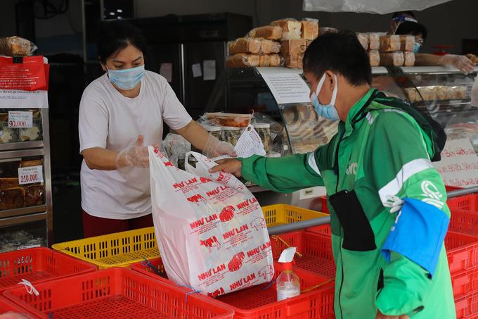 TPHCM: Phí giao hàng cao ngất ngưởng khi đặt đồ ăn mang về