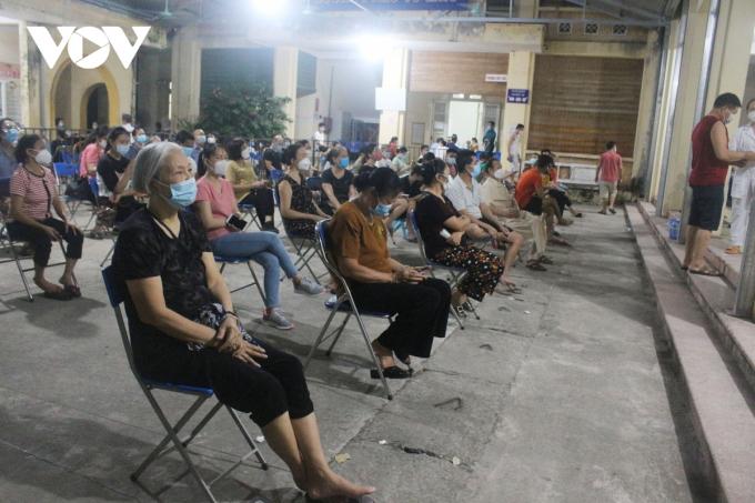 Theo ghi nhận của PV tại 2 điểm tiêm chủng vaccine Covid-19 ở phường Dương Nội (quận Hà Đông) là Trạm y tế phường và trường THCS Dương Nội, lực lượng làm nhiệm vụ luôn căng mình phục vụ người dân từ 7h sáng đến 12h đêm.
