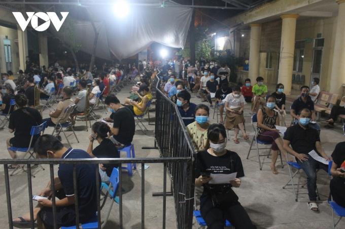 Lực lượng làm nhiệm vụ đã bố trí hàng rào ngăn cách người chờ tiêm và chờ sau tiêm đảm bảo khoảng cách an toàn phòng, chống dịch.