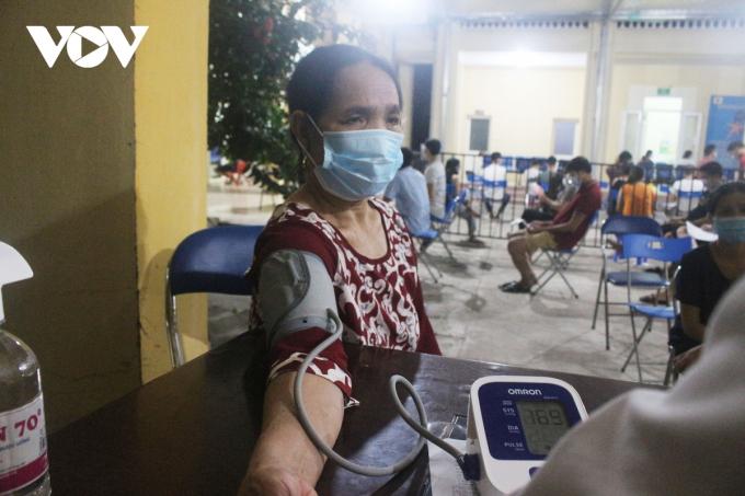 Trước đó (9/9-11/9), phường Dương Nội được phân bổ số lượng vaccine là 6.700 liều. Với số lượng vaccine này, trung bình một ngày phường đạt được 3.500 mũi tiêm.
