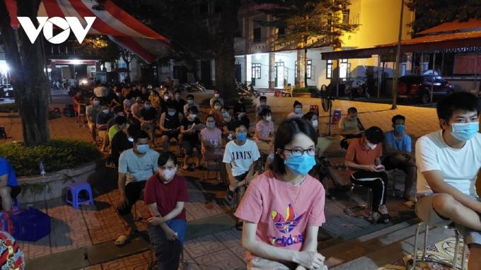 Với lượng vaccine được phân bổ trong 2 đợt lên tới 10.000 liều, phường Dương Nội đã bố trí triển khai thành 5 điểm tiêm ở 5 khu vực dân cư để đảm bảo sự thuận lợi cho cư dân trên địa bàn khi di chuyển tới các điểm tiêm chủng.