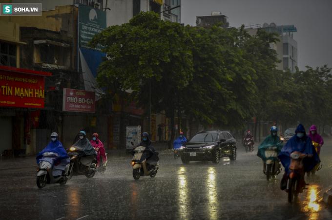 Sáng sớm nay trên địa bàn Thủ đô Hà Nội xảy ramưalớn kéo dài từ khoảng 6h. Đến hơn 8h, mưa vẫn chưa ngớt.