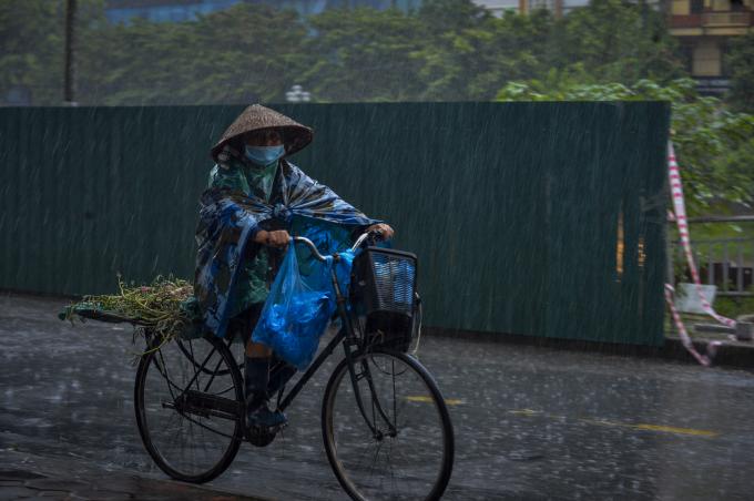 Cơn mưa kéo dài khiến người tham gia giao thông gặp nhiều khó khăn.