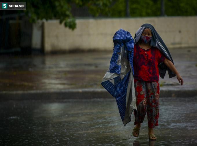 Hà Nội mưa lớn, 8h sáng nhưng trời vẫn