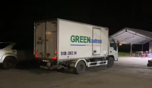 Chiếc xe tải đông lạnh chở 15 người trong thùng xe để qua các chốt - Ảnh chụp từ clip