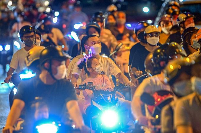Người dân đổ ra đường chơi Trung thu tối 22/9. Ảnh:Đức Anh.