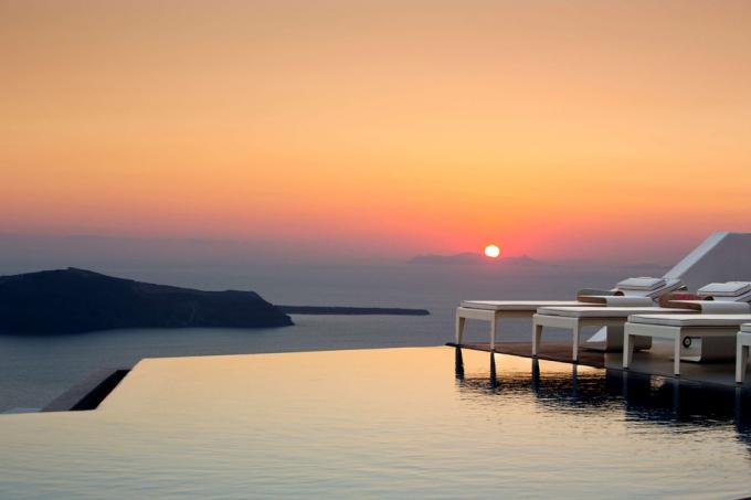 Grace Santorini Hotel (Santorini, Hy Lạp):Nằm bên bờ biển Aegean, Grace Santorini là khách sạn phong cách boutique.Từ hồ bơi vô cực dài 22 m, du khách có thể ngắm nhìn toàn cảnh miệng núi lửa Caldera nổi tiếng.