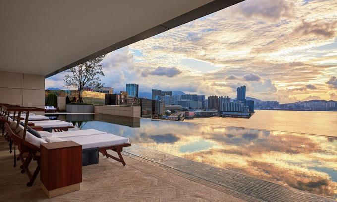 Rosewood Hong Kong (Hong Kong, Trung Quốc):. Hồ bơi vô cực dài 25 m đem đến trọn vẹn quang cảnh cảng Victoria nổi tiếng. Rosewood Hong Kong còn có riêng quầy bar XX chỉ dành cho phụ nữ. Với vị trí nằm tại khu Tsim Sha Tsui.