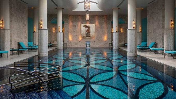 Four Seasons Hotel Istanbul At the Bosphorus, Istanbul (Thổ Nhĩ Kỳ):Nội thất khách sạn được thiết kế theo kiến trúc cuối thời Ottoman. Điều này đem tới trải nghiệm như bơi trong cung điện sang trọng.