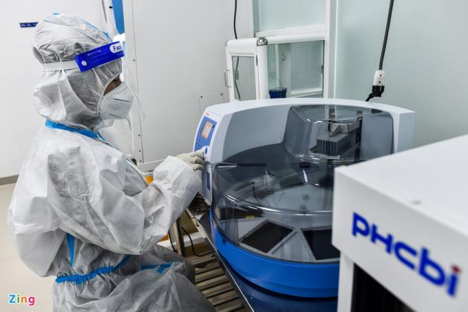 Đây là hệ thống có khả năng thực hiện nhiều xét nghiệm rRT-PCR, rút ngắn thời gian phát hiện F0. Trong ảnh, kỹ thuật viên theo dõi máy tách chiết có khả năng xử lý đồng thời 96 mẫu bệnh phẩm.