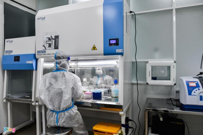 Kỹ thuật viên pha hóa chất phản ứng tại tủ an toàn sinh học cấp II của hệ thống. Đặc biệt, hệ thống này thiết lập quy trình ưu tiên đối với mẫu khẩn, cấp cứu… được thực hiện tại bất kỳ thời điểm nào mà không cần chờ đợi hoặc gây ảnh hưởng tới quy trình máy đang vận hành.
