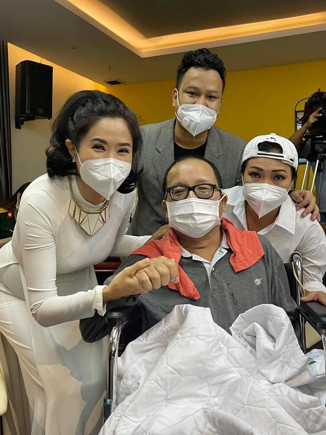 Nghệ sĩ Trần Mạnh Tuấn xúc động khi gặp lại các đồng nghiệp. Ảnh:@quynhhoa.