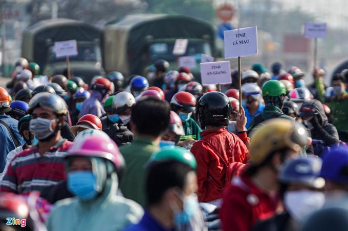 Sau một đêm thức trắng tại chốt kiểm soát trên quốc lộ 1, hàng trăm người dân đã nhận được thông báo của UBND TP.HCM về việc giải quyết cho họ về quê.