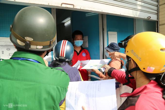 Tại điểm Trung tâm bảo hiểm xã hội trên đường Phạm Văn Đồng, quận Gò Vấp, hàng chục người dân đến nộp hồ sơ nhận bảo hiểm thất nghiệp nhưng bị từ chối.
