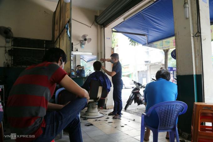Ngoài cơ sở ăn uống, thời trang, nhiều tiệm hớt tóc cũng đông khách.  Anh Phạm Văn Trinh, chủ tiệm tóc trên đường Hồng Hà, quận Tân Bình cho biết, trong hôm nay chỉ có hai nhân viên nên