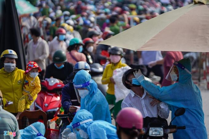 Trao đổi vớiZing, thượng tá Trần Thanh Giang, Phó trưởng phòng Tham mưu Công an TP.HCM, cho biết người dân sẽ được đưa về quê bằng xe khách. Xe máy cá nhân của họ sẽ được vận chuyển bằng xe tải.