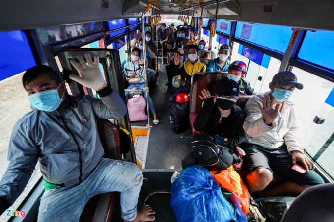 Chia sẻ vớiZing, ông Lê Văn Thường, Phó chánh Thanh tra giao thông TP.HCM, cho biết Sở GTVT đã huy động 30 xe khách từ 2 doanh nghiệp vận tải để đưa người dân về quê.