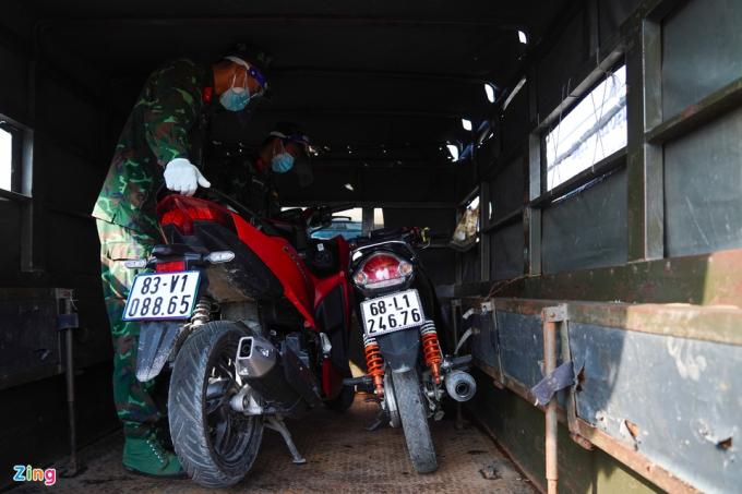 Bộ Tư lệnh TP.HCM cũng huy động các xe tải quân sự đến chở xe gắn máy của người dân. Dù nhiều người sẵn sàng vượt hàng trăm km bằng xe máy, nhà chức trách vẫn quyết định huy động ôtô đưa người dân về quê để đảm bảo an toàn.