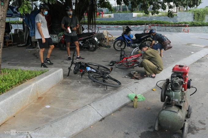 Cách đó gần 3 km, tiệm sửa xe trên vỉa hè đường Điện Biên Phủ cũng đón những vị khách đầu tiên khi vừa mở cửa.