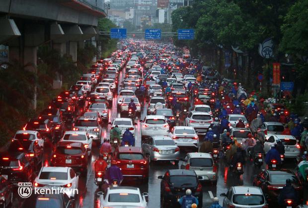 Do ảnh hưởng của gió mùa Đông Bắc khiến Hà Nội trở lạnh, nhiệt độ trong ngày ở ngưỡng 20 - 22 độ C. Cơn mưa lớn trong giờ cao điểm sáng đầu tuần đã khiến nhiều tuyến đường ùn tắc kéo dài