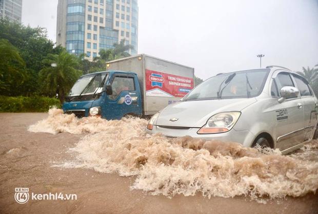 Theo ghi nhận của chúng tôi, đoạn ngã 3 Đại lộ Thăng Long giao với đường Vành đai 3 bị ngập sâu khoảng 1 bánh xe ô tô, đoạn sâu ngập khoảng 50cm