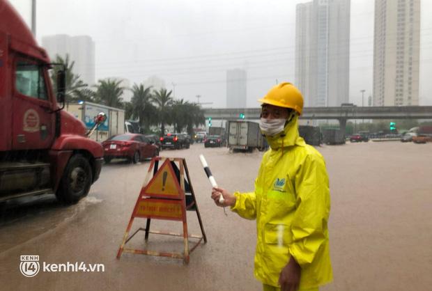 Theo một nhân viên công ty thoát nước Hà Nội cho biết, đoạn đường này ngập từ sáng nay (11/10) khi trời bắt đầu đổ mưa to
