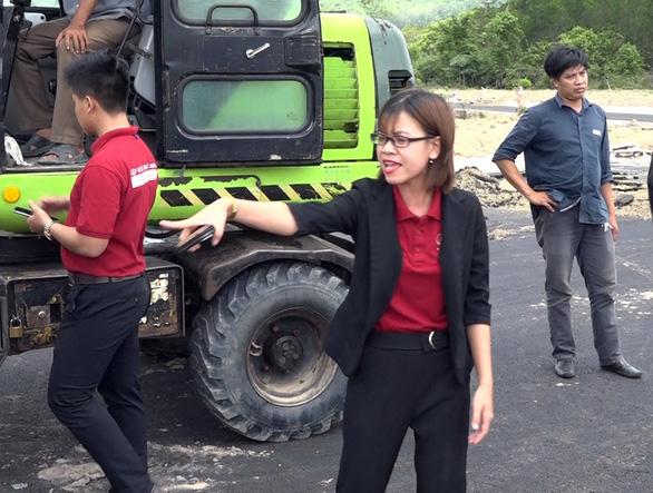 Hình ảnh đối tượng Nguyễn Huỳnh Tú Trinh chỉ tay chỉ đạo đập phá xe và chống đối đoàn cưỡng chế - Ảnh cắt từ clip.