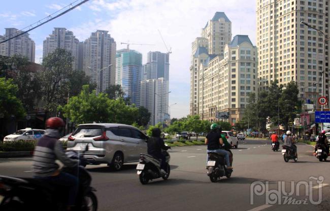 Nguyễn Hữu Cảnh (Quận Bình Thạnh) là tuyến đường trọng điểm, lưu lượng giao thông qua đây hằng ngày khá đông.