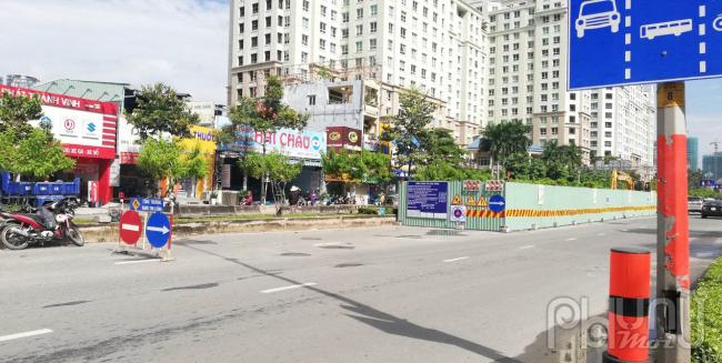 Không chỉ trũng thấp, mặt đường, vỉa hè Nguyễn Hữu Cảnh còn bị hư hỏng, xuống cấp.