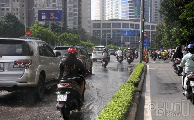 Vì có địa lý khá thấp nên mỗi khi mưa xuống, đường Nguyễn Hữu Cảnh luôn gặp tình trạng ngập nước, hệ thống thoát nước ở đây cũng đã xuống cấp.