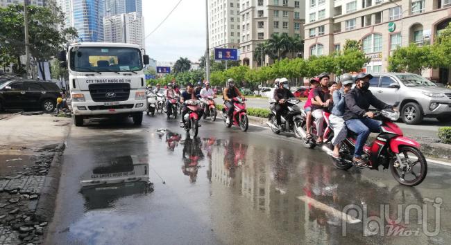 Nhiều đoạn đường Nguyễn Hữu Cảnh vẫn còn đọng nước sau trận mưa tối qua.