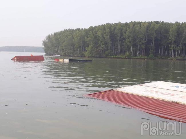 Tàu hàng có tải trọng 8000 tấn chở 290 container bị chìm ở Cần Giờ khiến nhiều người cùng hàng hóa rơi xuống sông giữa đêm khuya