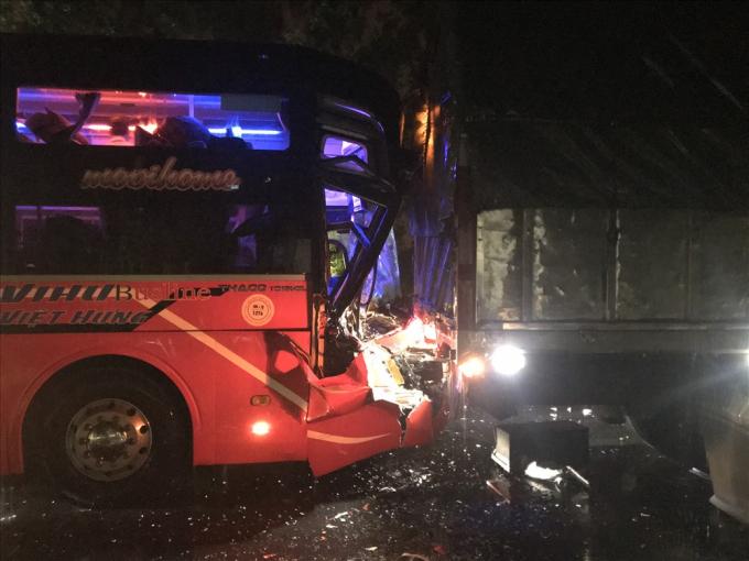 Phần đầu xe khách bị hư hỏng nặng, nhưng rất may không có trường hợp thương vong. Hiện CSGT huyện Đức Phổ đang cưa và dọn dẹp cây, đồng thời phân luồng giao thông. Ảnh: laodong.vn
