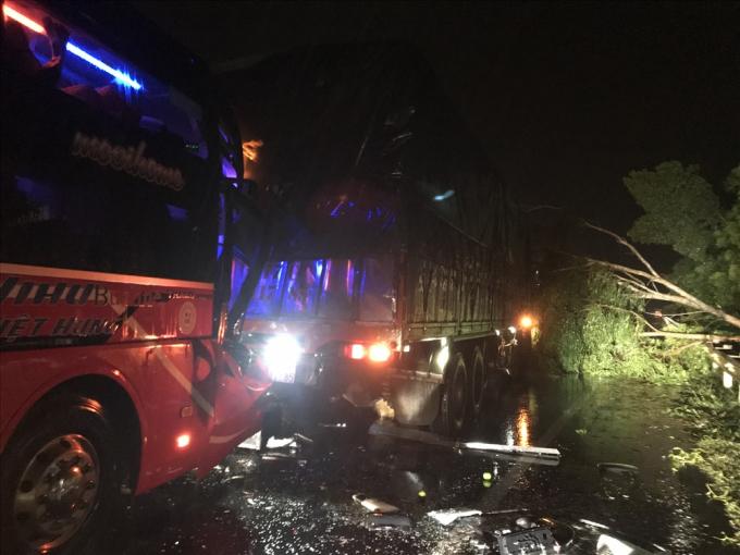 Khoảng 23h30 phút, một vụ tai nạn đã xảy ra trên đường tránh QL 1A địa phận huyện Đức Phổ, Quảng Ngãi. Ảnh: laodong.vn