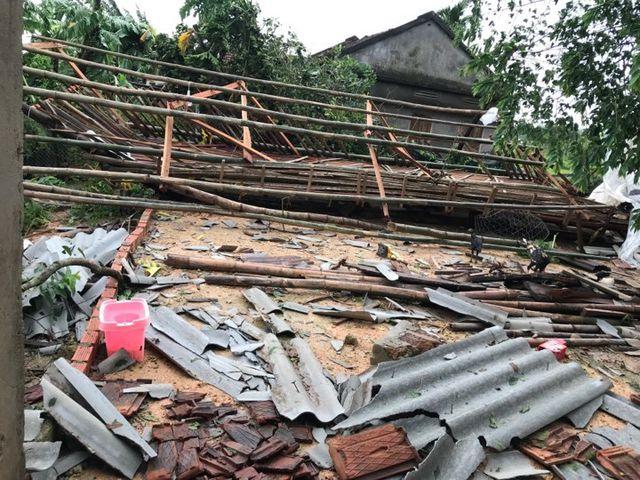 Ngôi nhà của người dân xã Đức Hiệp (huyện Mộ Đức, Quảng Ngãi) hư hỏng nặng sau bão. Ảnh: Dantri.vn