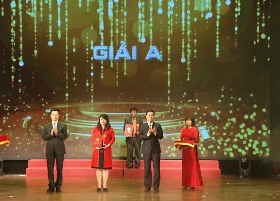 Trưởng ban Tuyên giáo Trung ương Võ Văn Thưởng và Bộ trưởng Bộ Thông tin và Truyền thông Nguyễn Mạnh Hùng trao giải A