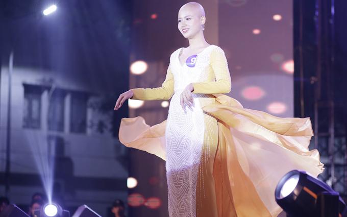 Thủy Tiên với trang phục dạ hội trong đêm chung kết