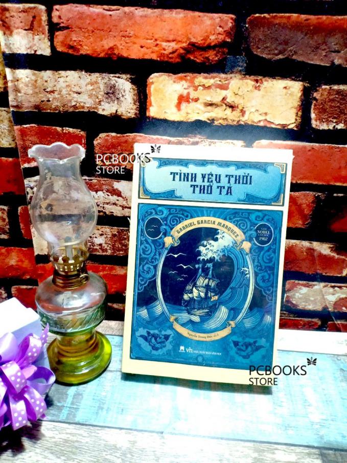 """Một trong những bản chuyển ngữ tiếng Việt của""""Love in the Time of Cholera"""" do Nhà xuất bản Văn học ấn hành."""